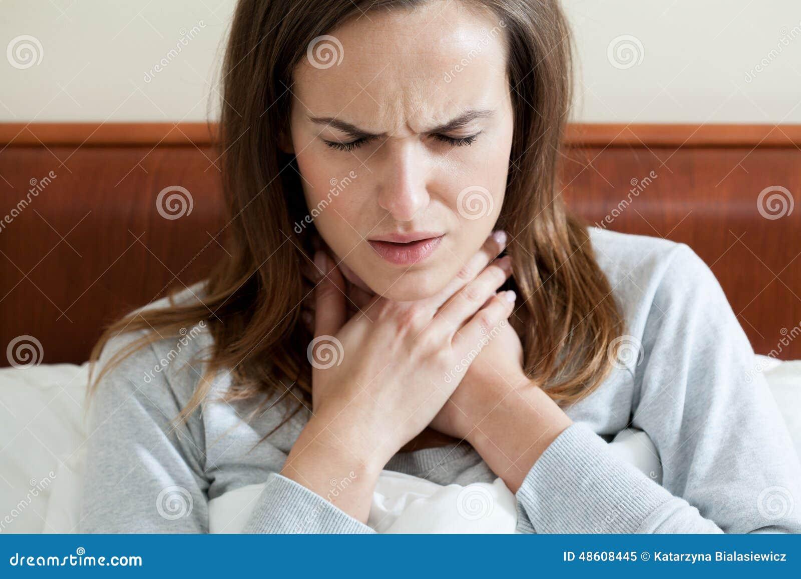 Vrouw die een keelpijn hebben