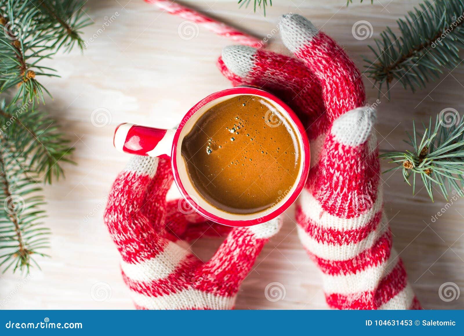 Download Vrouw Die Een Kop Van Koffie In Feestelijk Milieu Hebben Stock Afbeelding - Afbeelding bestaande uit handen, achtergrond: 104631453