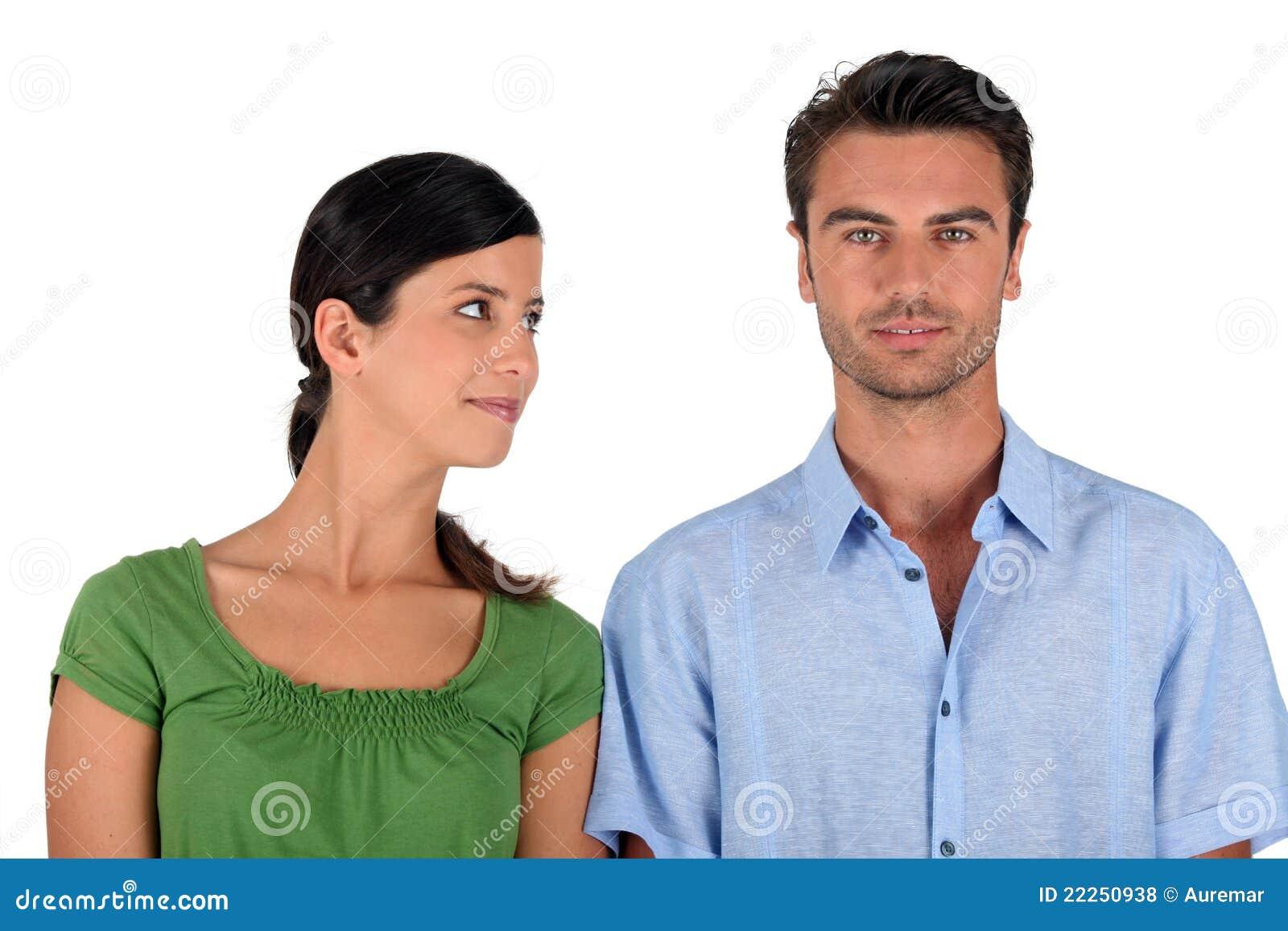 Vrouw die een man bekijkt