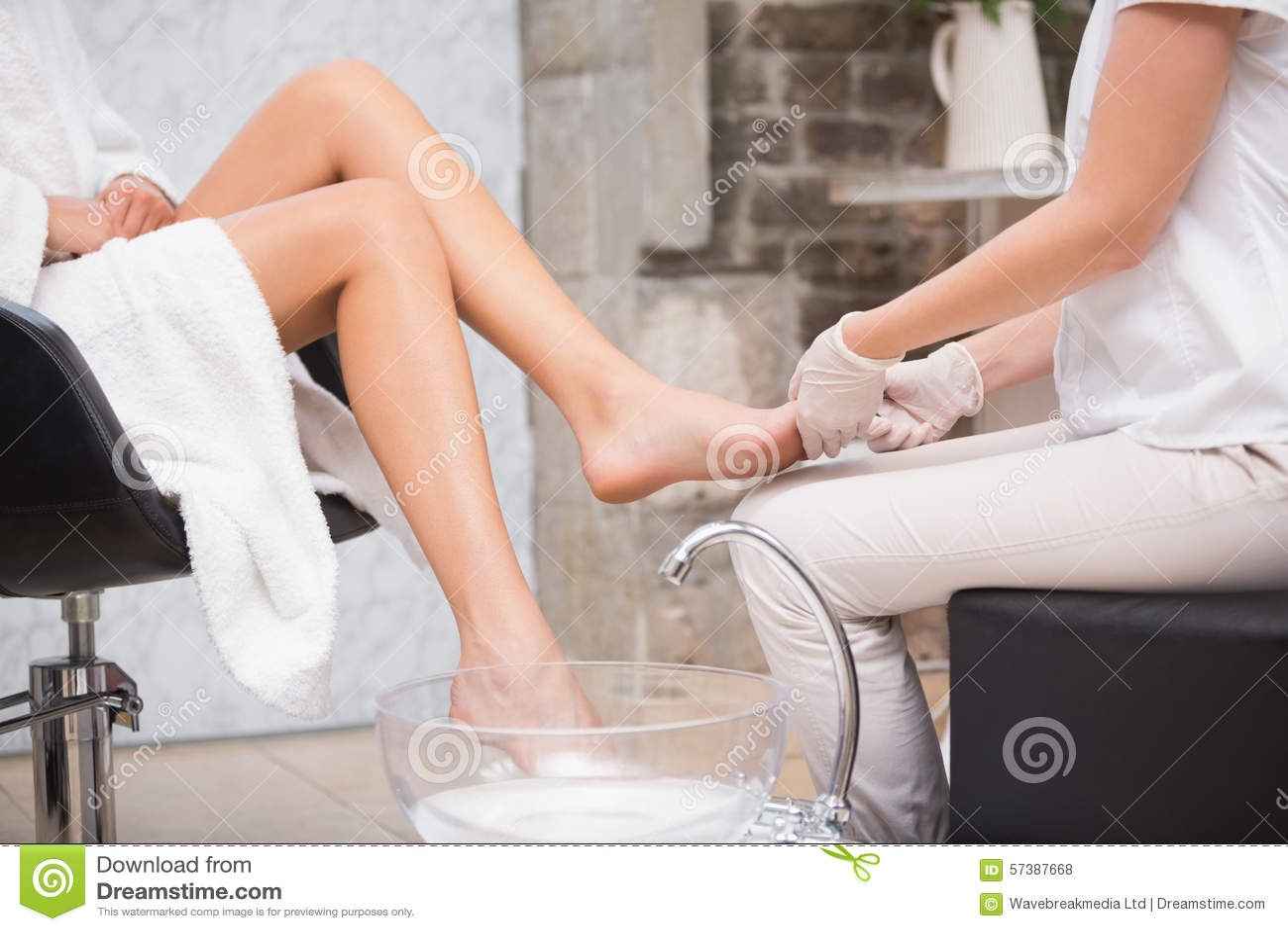 Vrouw die een pedicure van schoonheidsspecialist krijgen