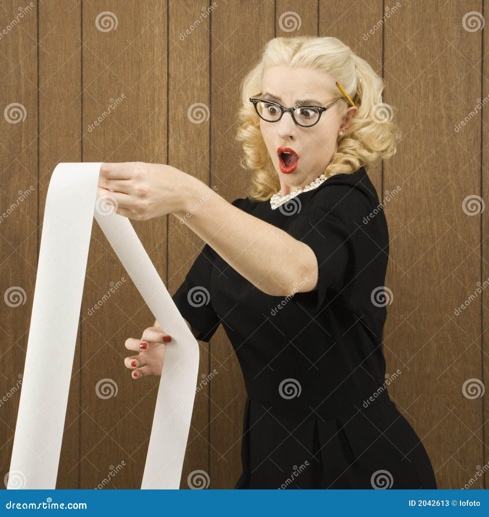 Vrouw die een printout met een stuitende uitdrukking op haar gezicht houdt.