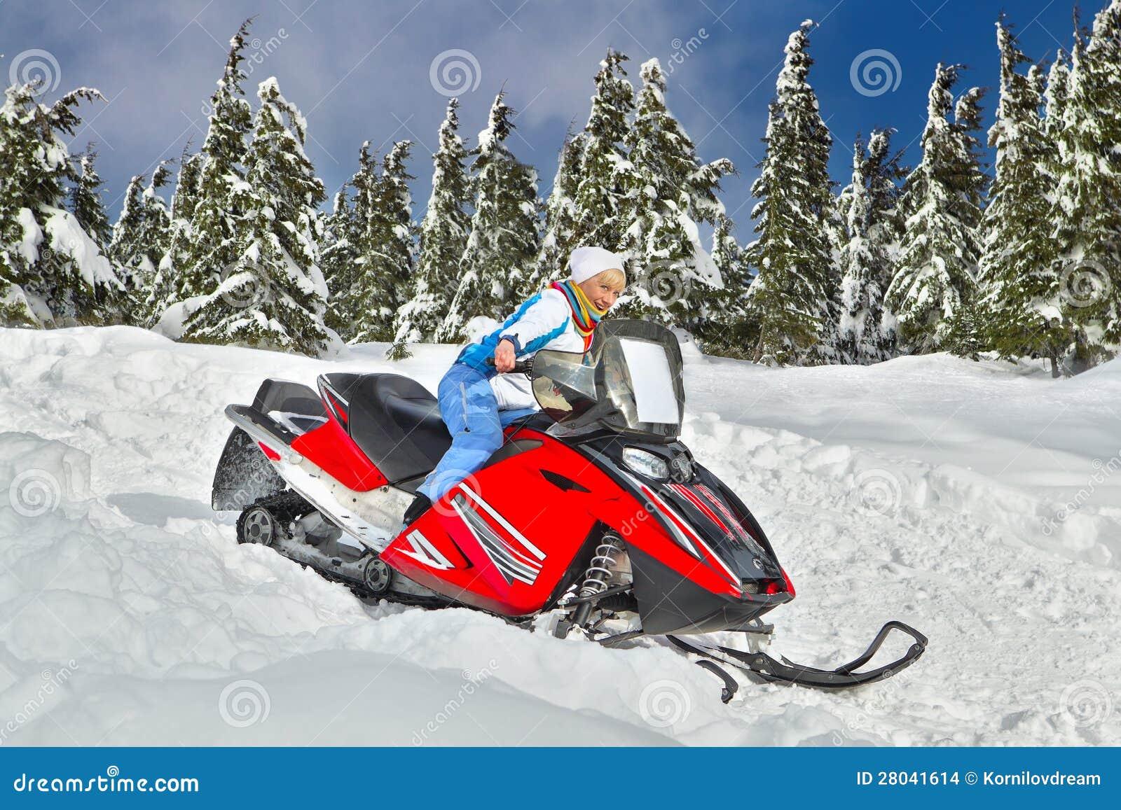 Vrouw die een sneeuwscooter berijdt