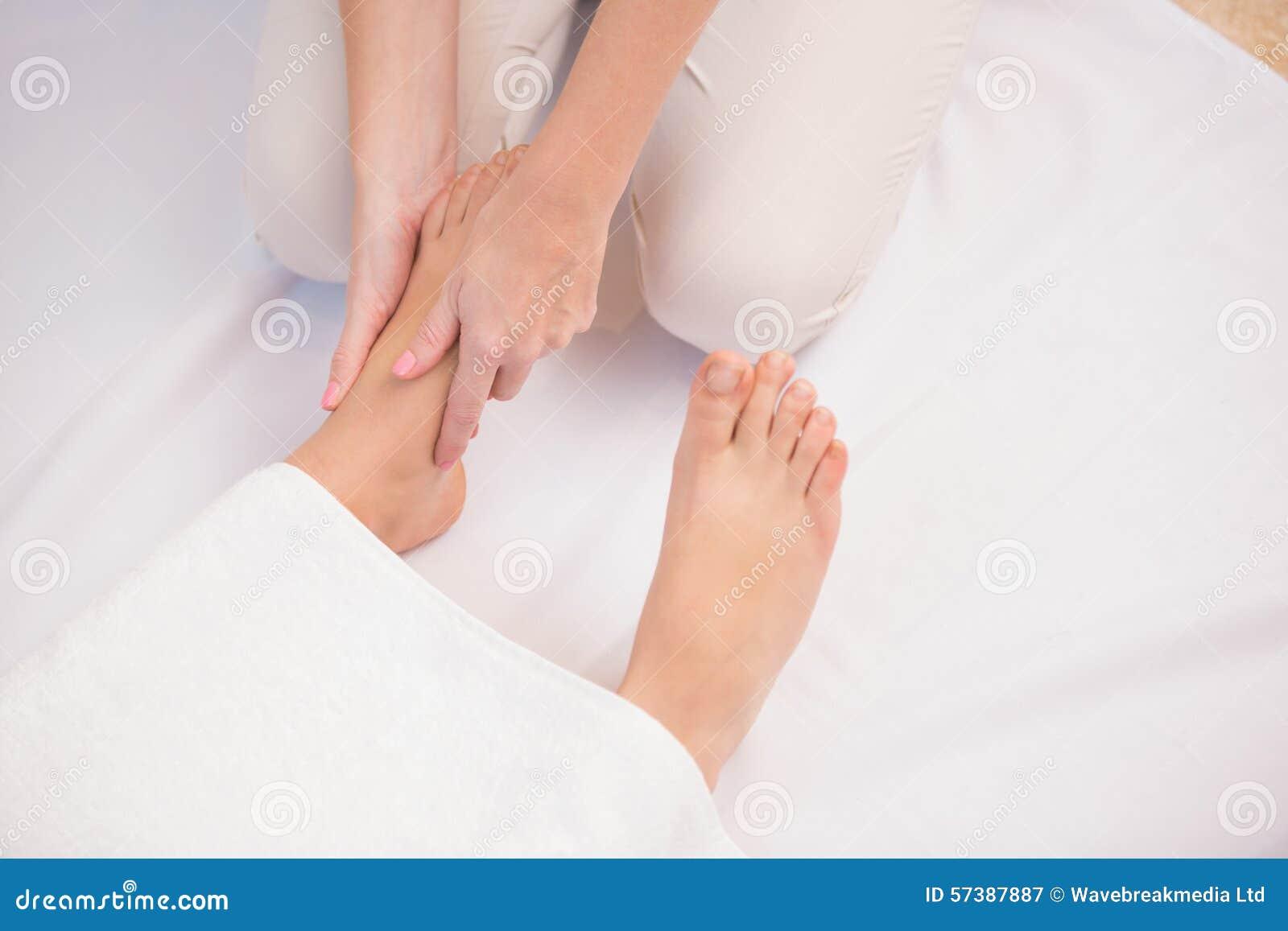 Vrouw die een voetmassage krijgen