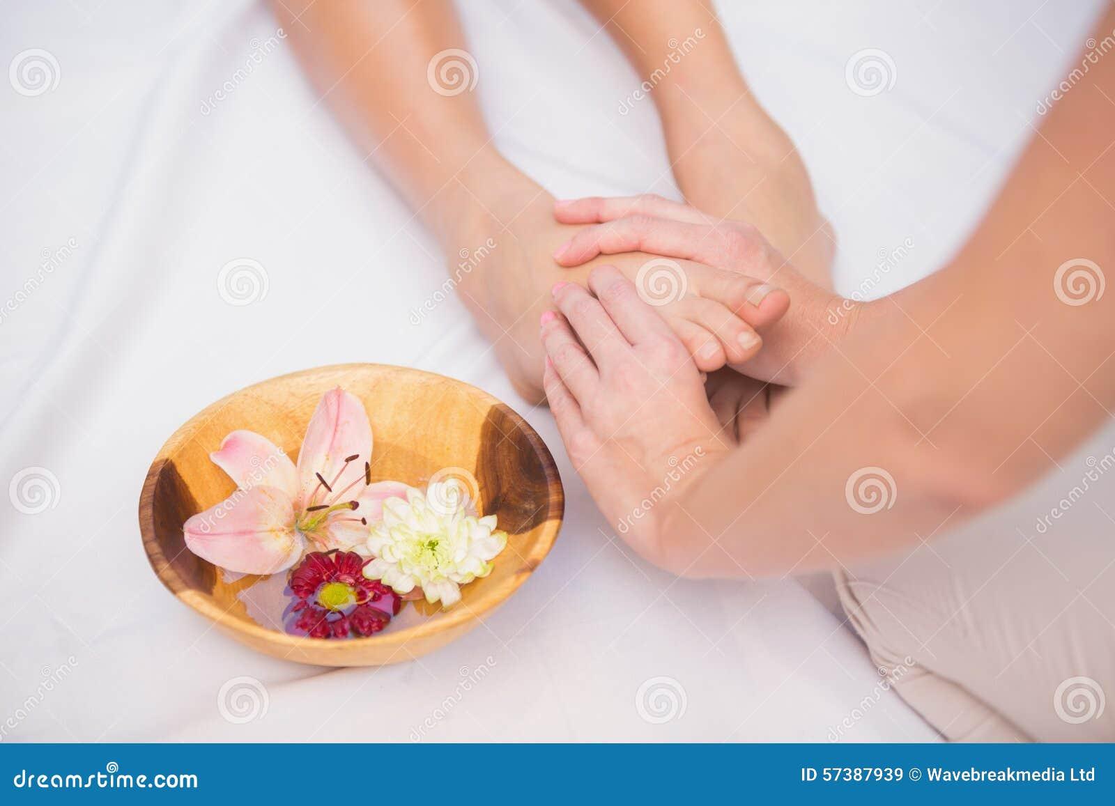 Vrouw die een voetmassage ontvangen