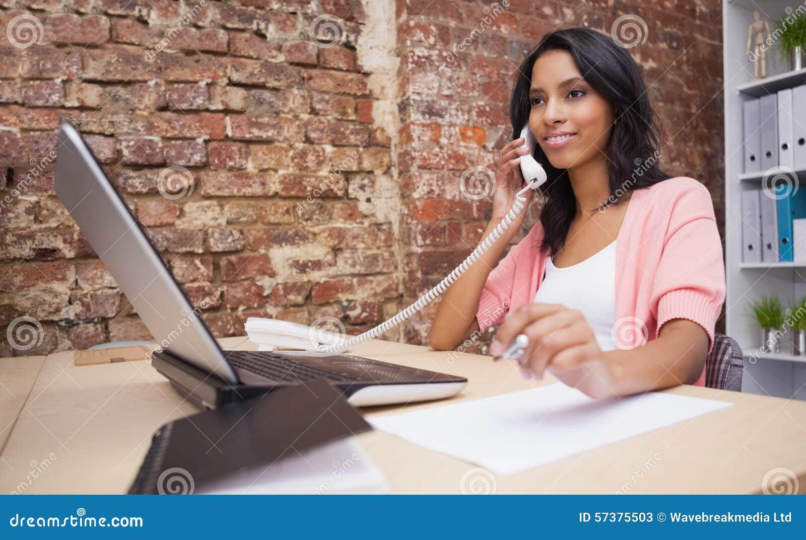 Vrouw die en laptop zitting roepen gebruiken bij haar bureau