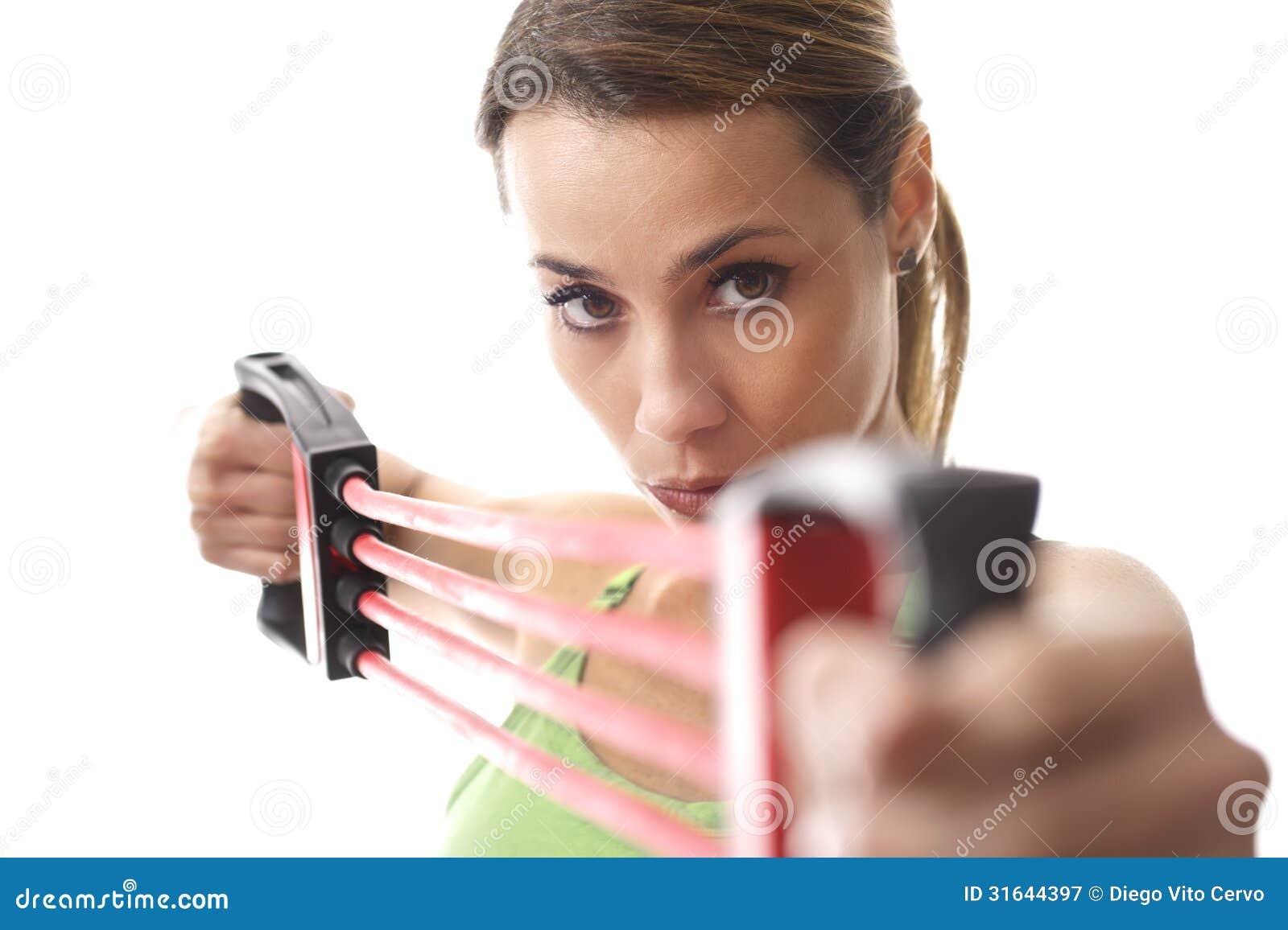Vrouw die geschiktheidsoefening met elastiekje doen