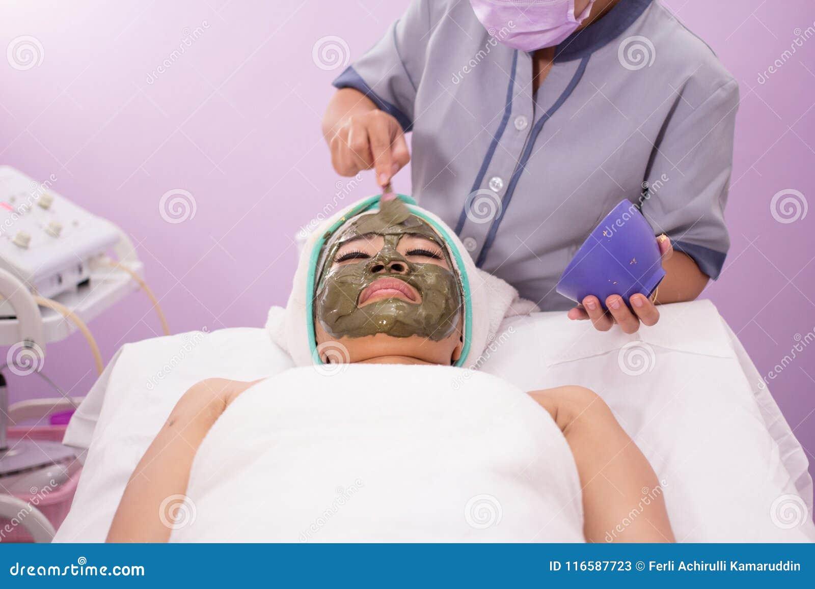 Vrouw die gezichts voedende mas krijgen