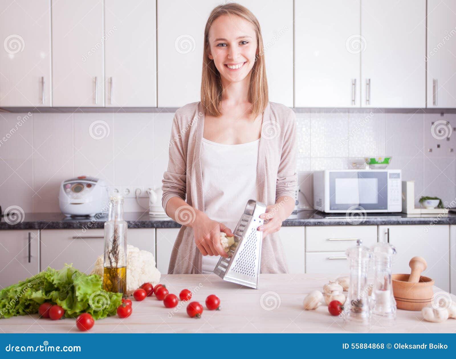 Vrouw die gezond voedsel in keuken maken