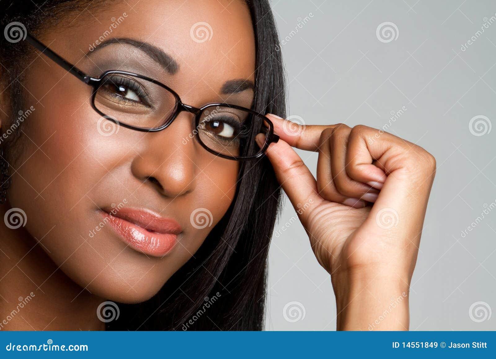 Vrouw die Glazen draagt
