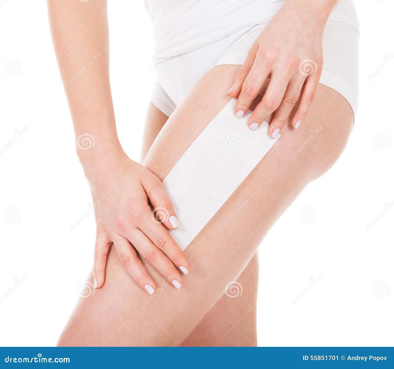 Vrouw die haar been in de was zetten