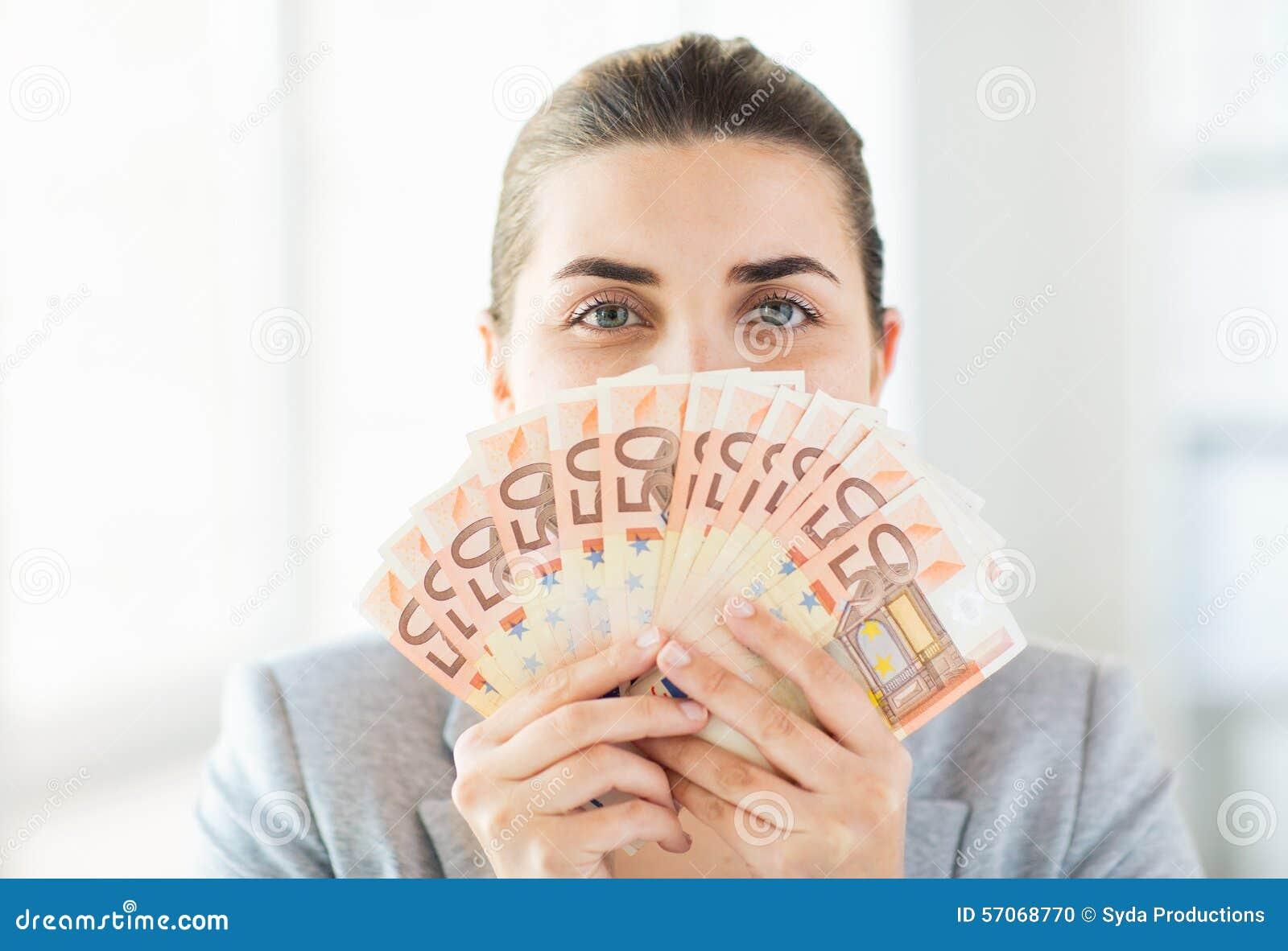 Vrouw die haar gezicht achter euro geldventilator verbergen
