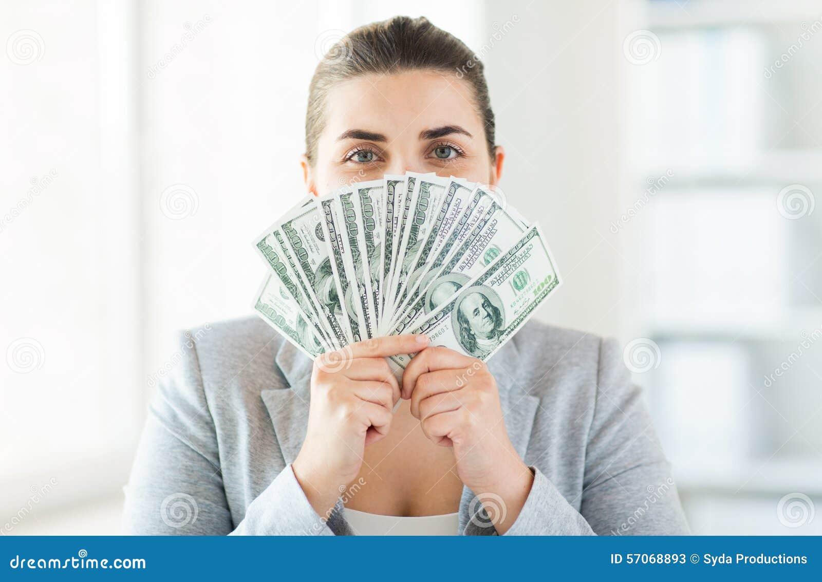 Vrouw die haar gezicht achter ons verbergen de ventilator van het dollargeld