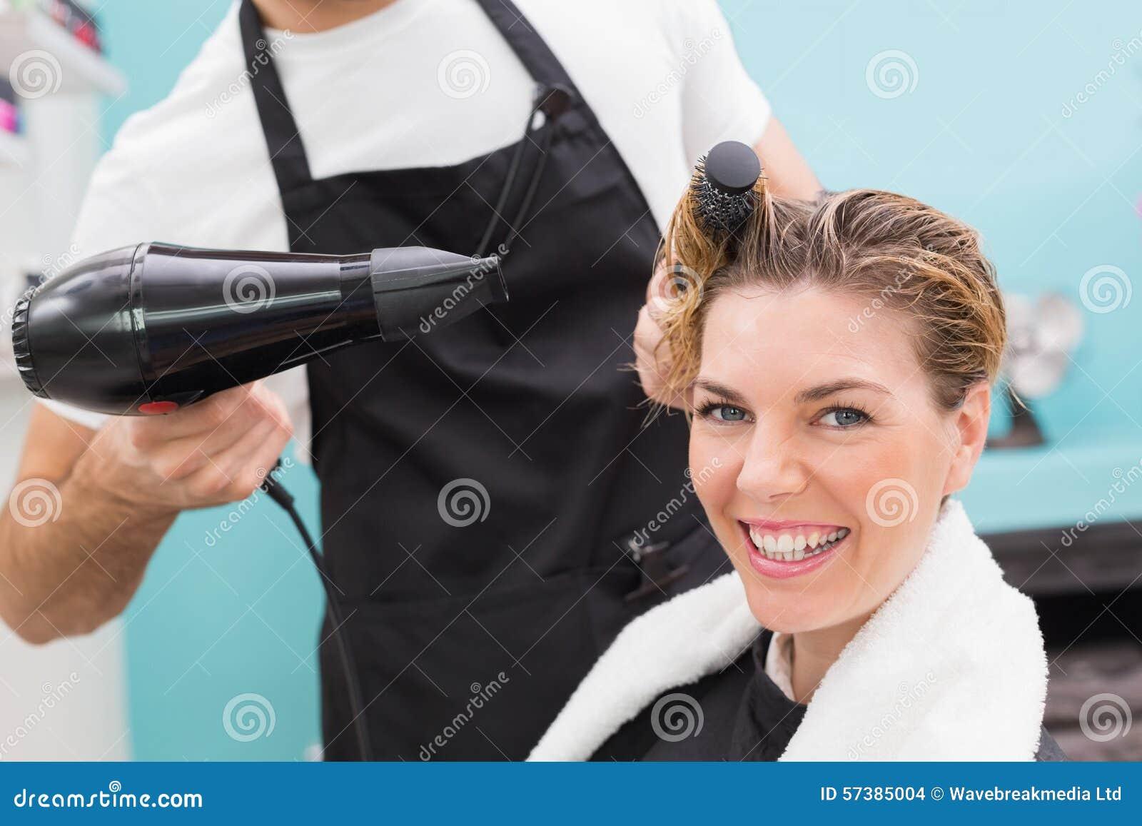 Vrouw die haar haar droog krijgen
