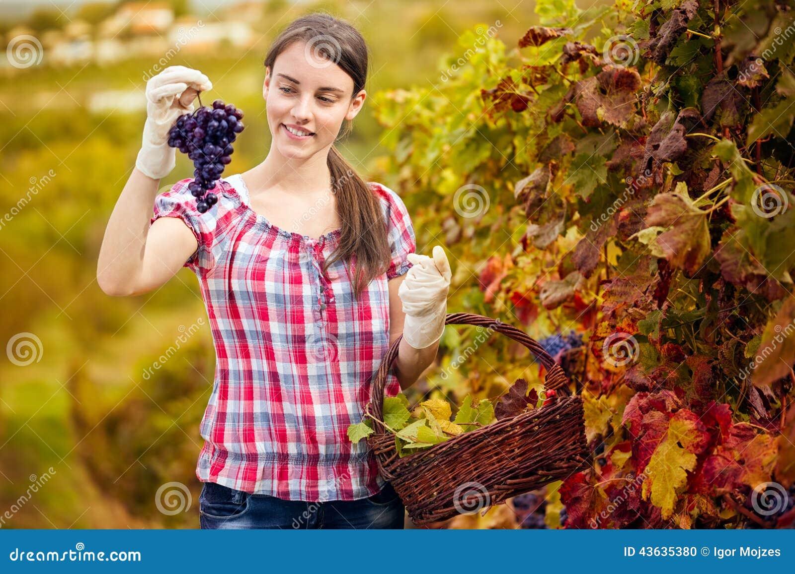 Vrouw die in haar wijngaard genieten van