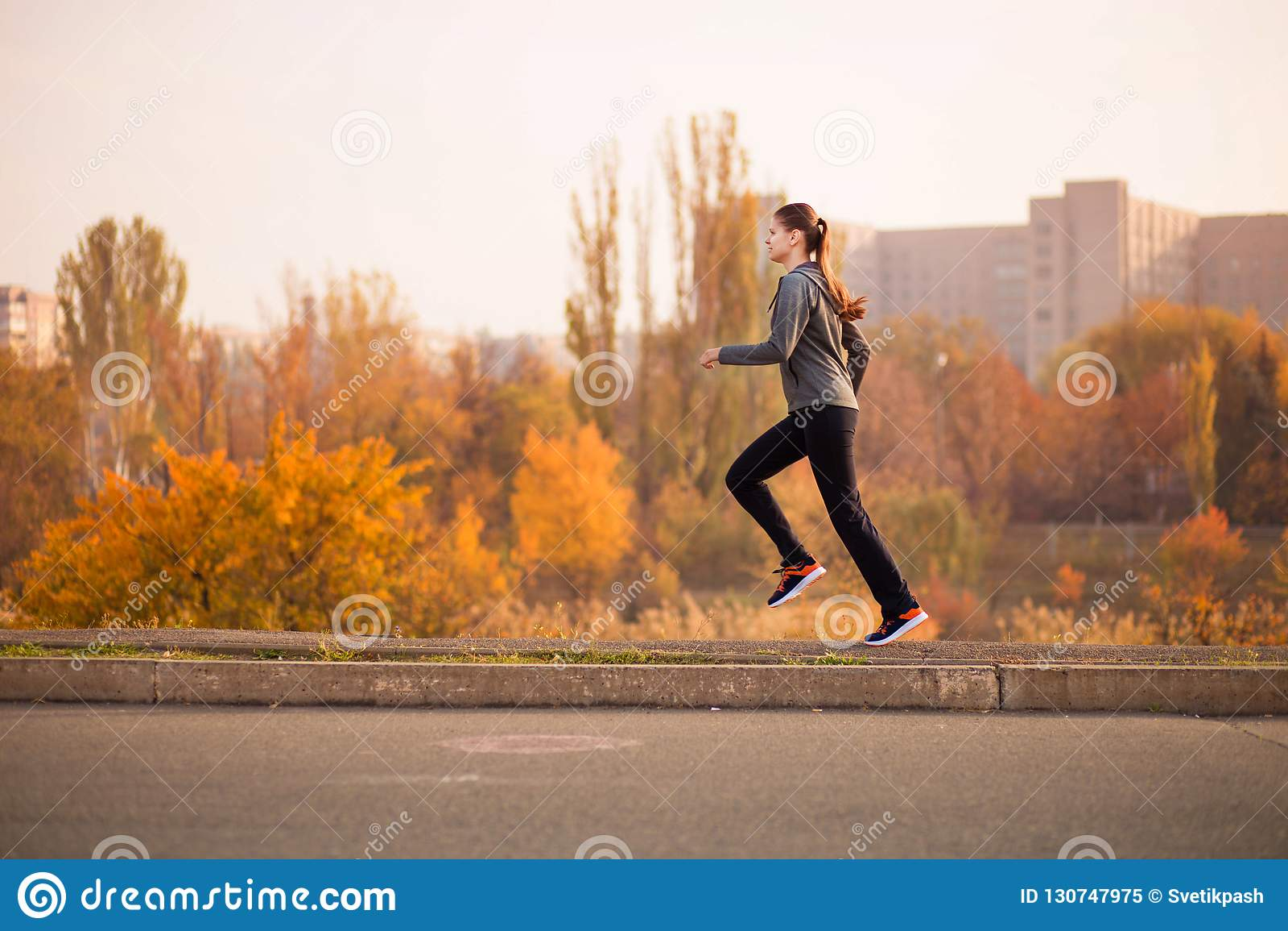 Vrouw die in het bos Gezonde concept van de de herfstdaling lopen
