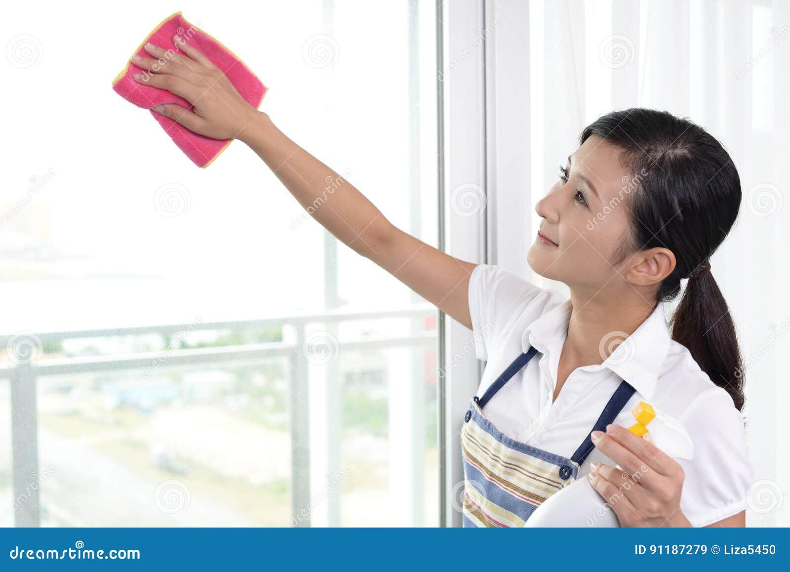 Vrouw die het huis schoonmaken
