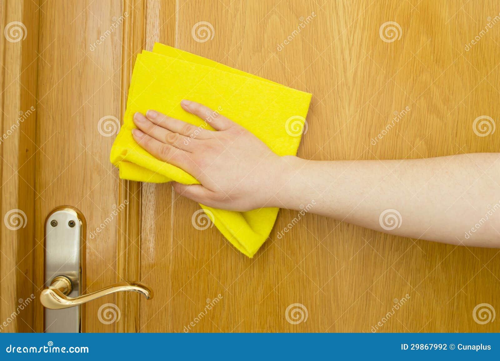 Het schoonmaken van houten deur met een gele doek stock fotografie afbeelding 29867992 - Hang een doek ...