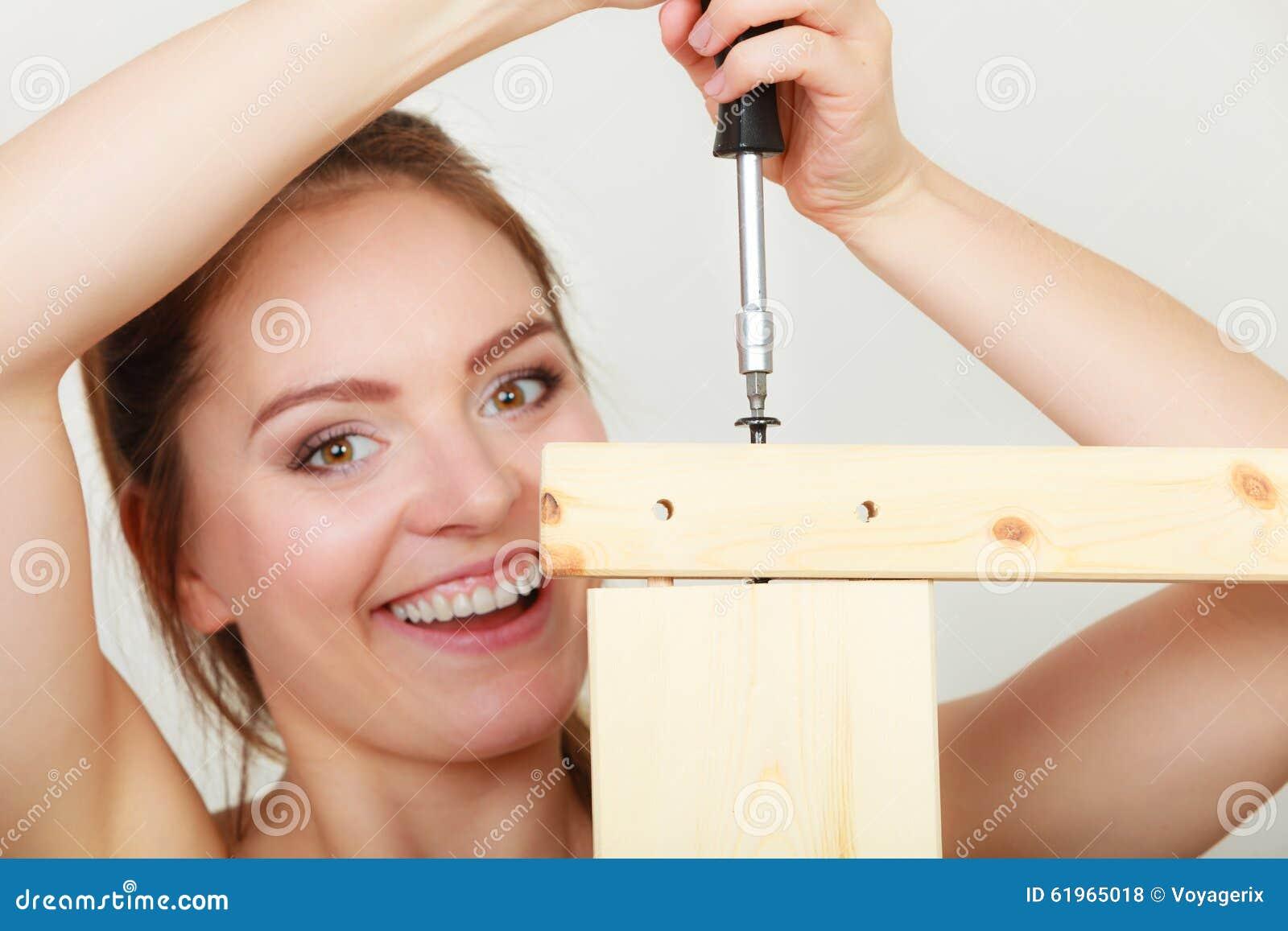 Vrouw die houten meubilair assembleren diy stock foto afbeelding 61965018 - Huisverbetering m ...