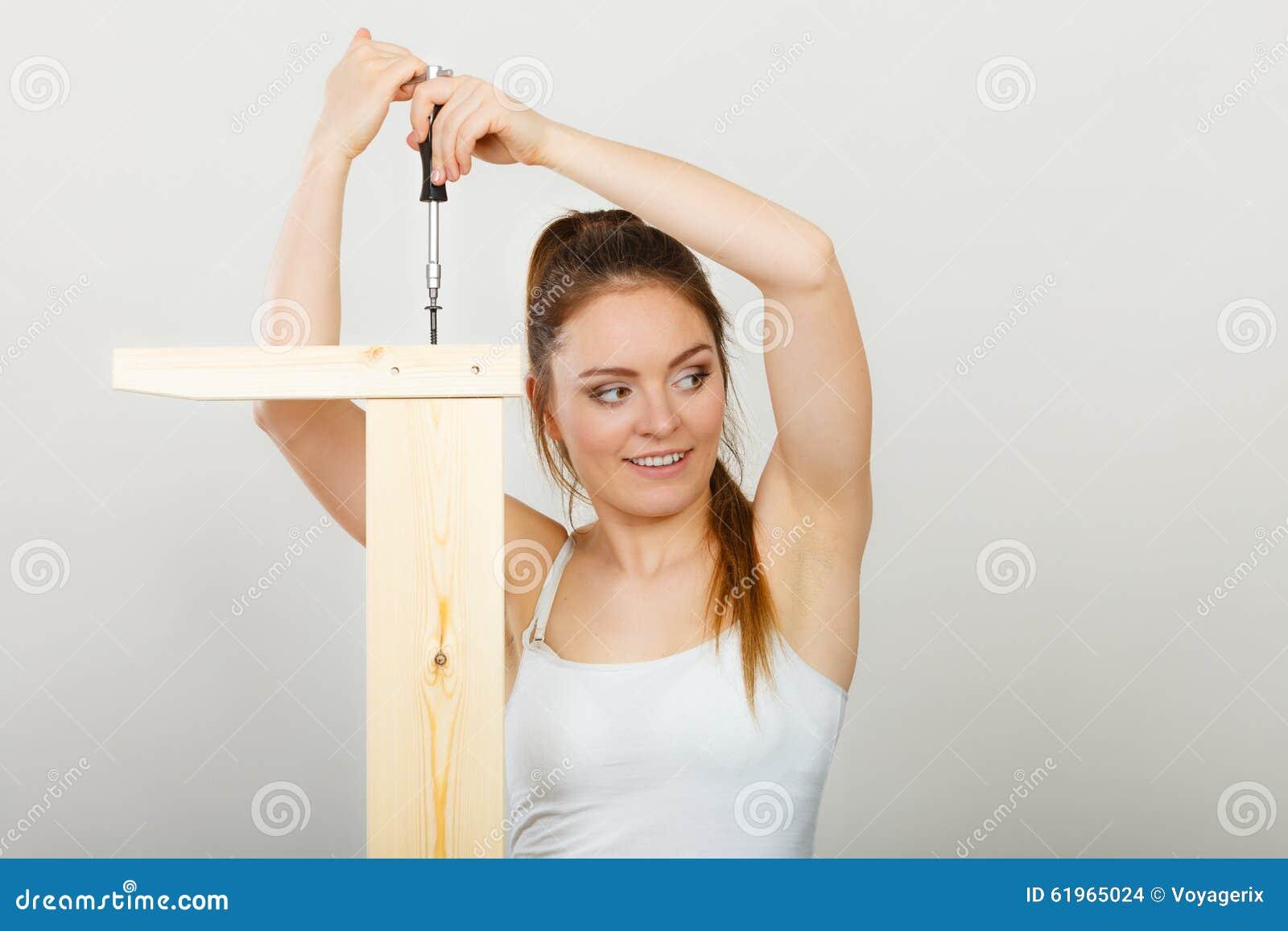 Vrouw die houten meubilair assembleren diy stock foto afbeelding 61965024 - Huisverbetering m ...