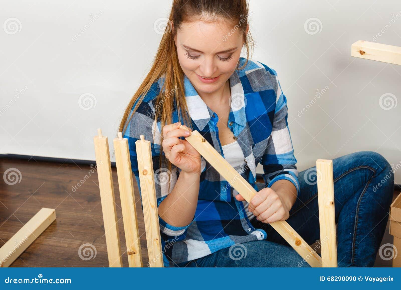 Vrouw die houten meubilair assembleren diy stock foto afbeelding 68290090 - Huisverbetering m ...
