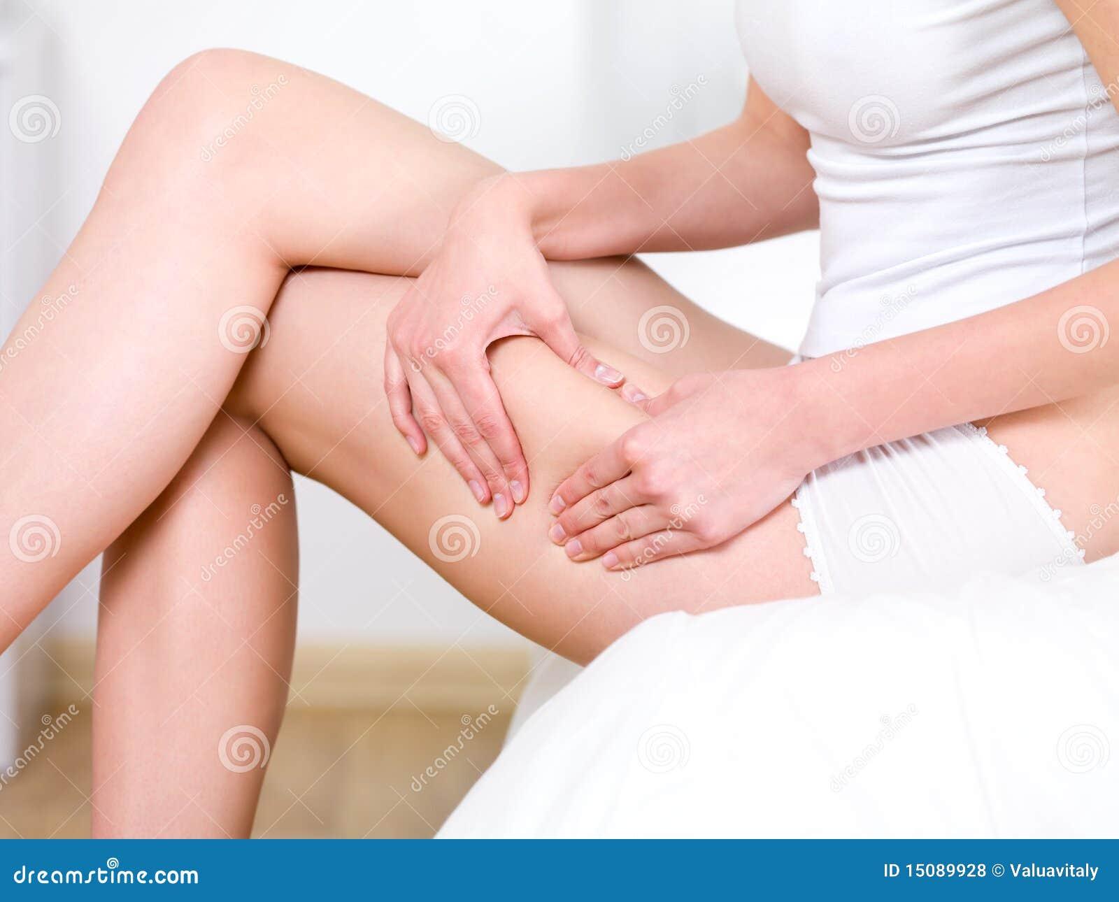 Vrouw die huid op haar heupen vouwt