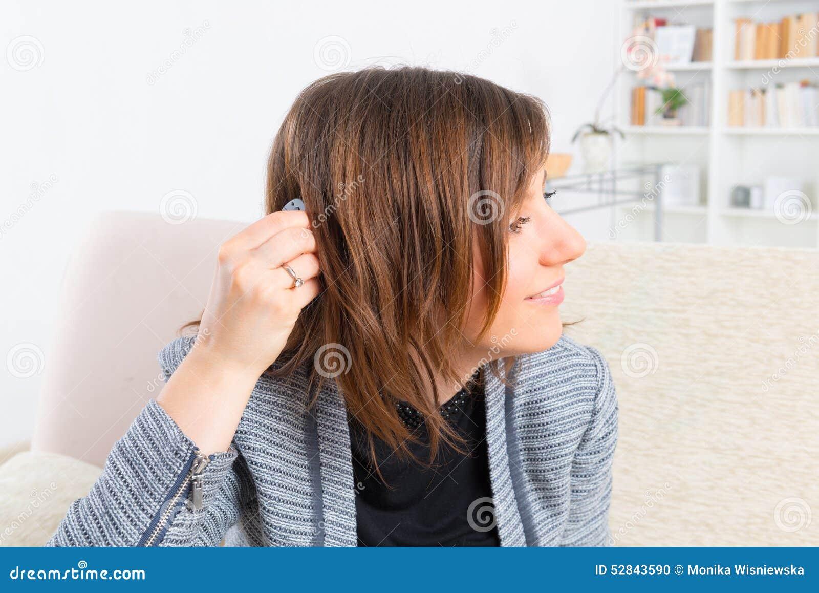 Vrouw die implant van het slakkehuis tonen