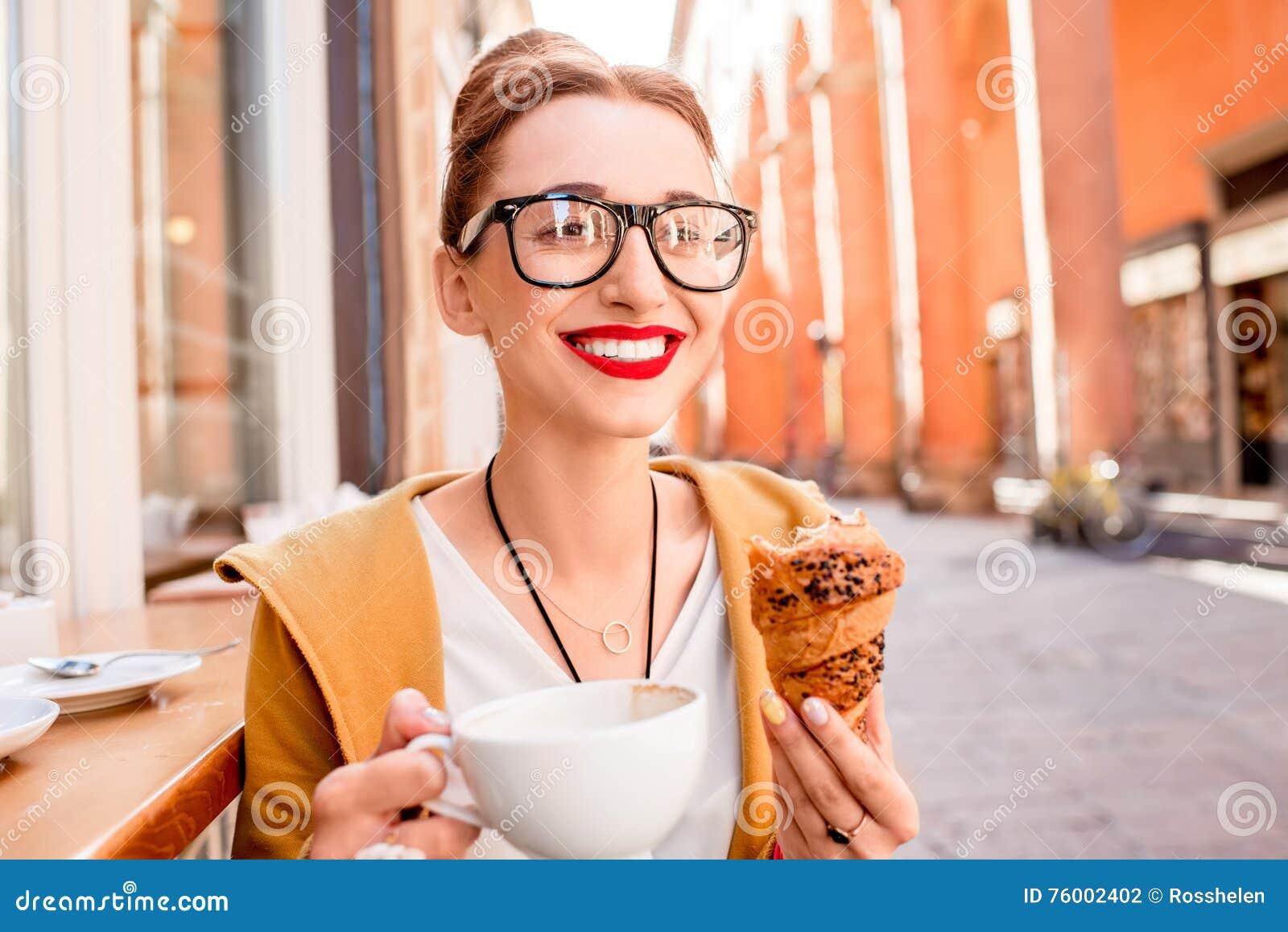 Vrouw die Italiaans ontbijt hebben