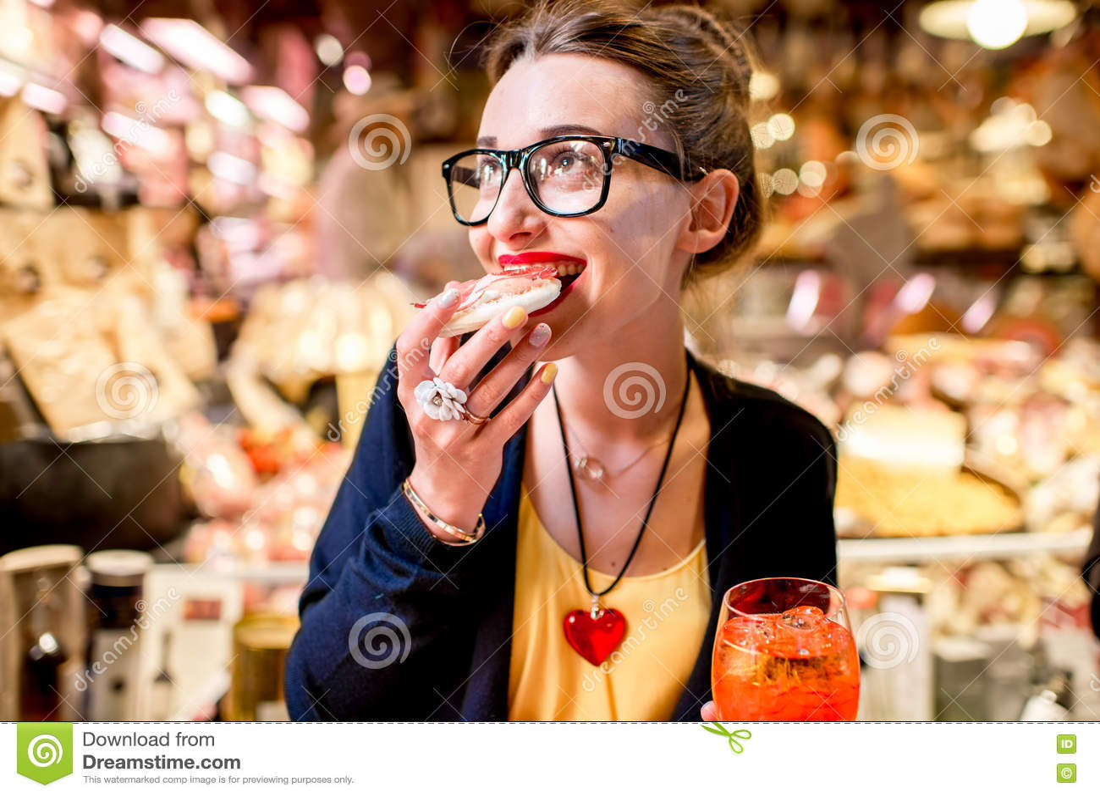 Vrouw die Italiaans voorgerecht eten