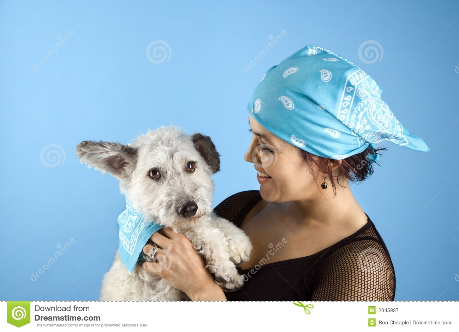 Vrouw die kleine hond houdt