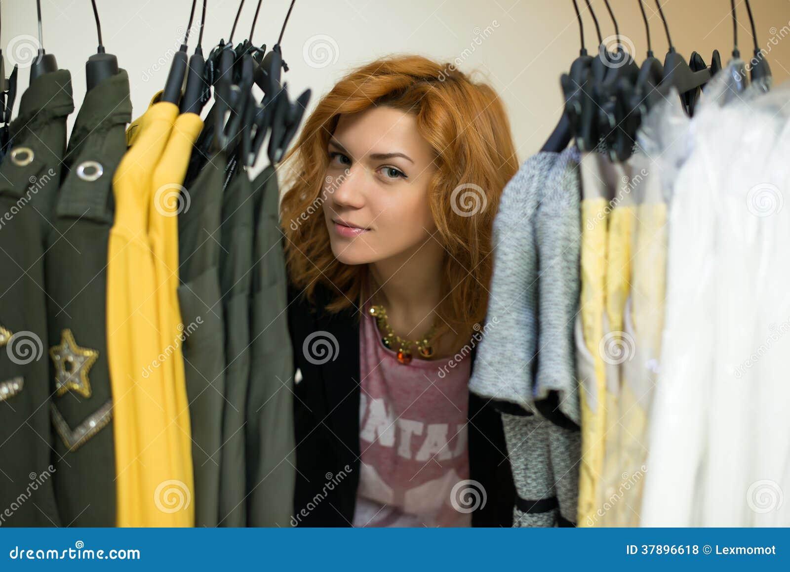 Vrouw die kleren kiezen