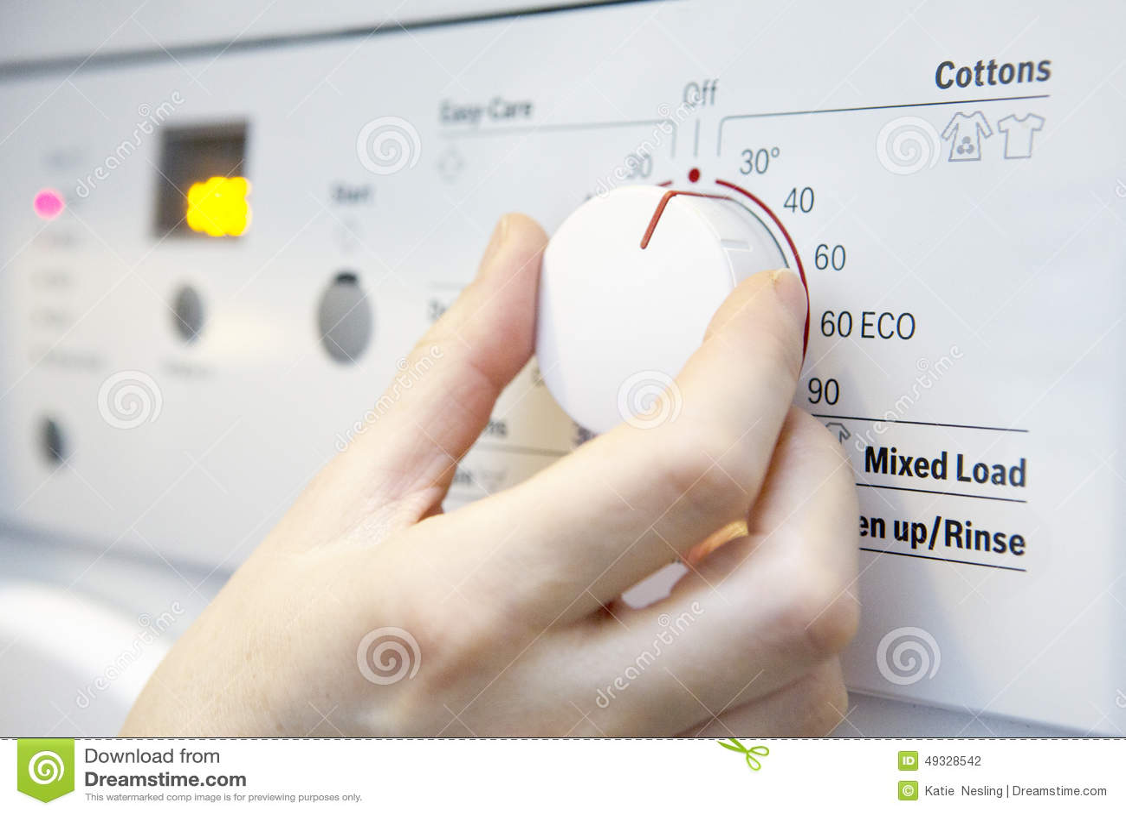 vrouw die koelere temperatuur op wasmachine selecteren om en te besparen stock foto afbeelding. Black Bedroom Furniture Sets. Home Design Ideas