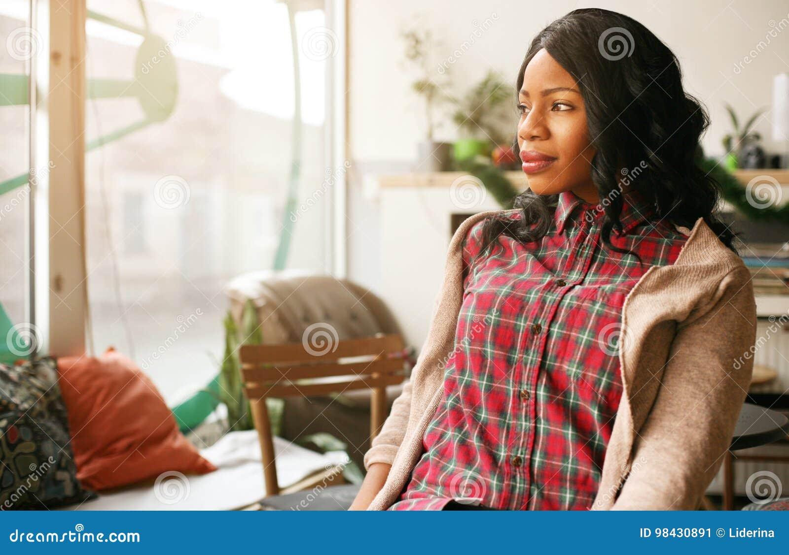 Vrouw die in koffie genieten van