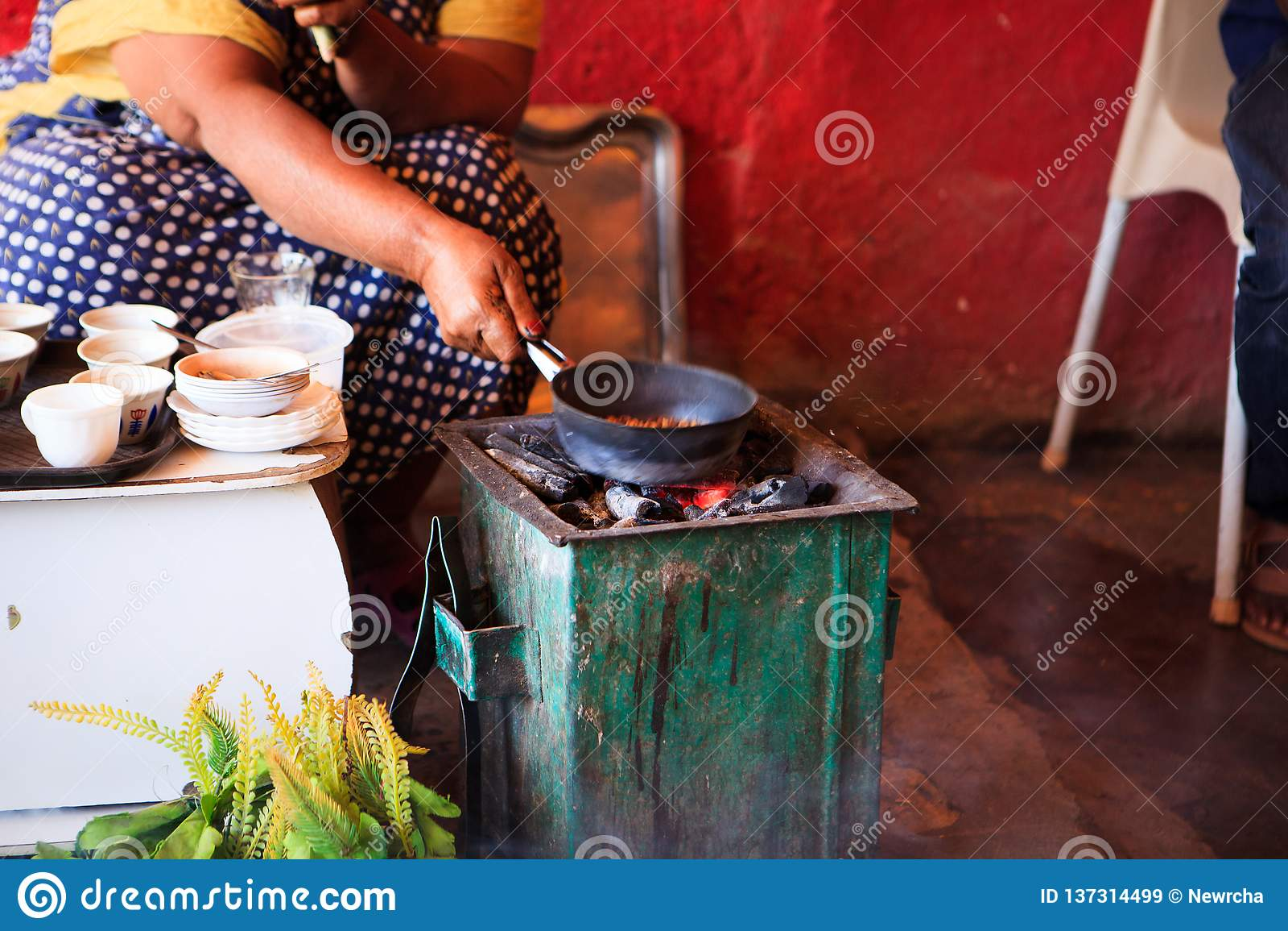 Vrouw die koffie voor toeristen op een traditionele manier voorbereiden