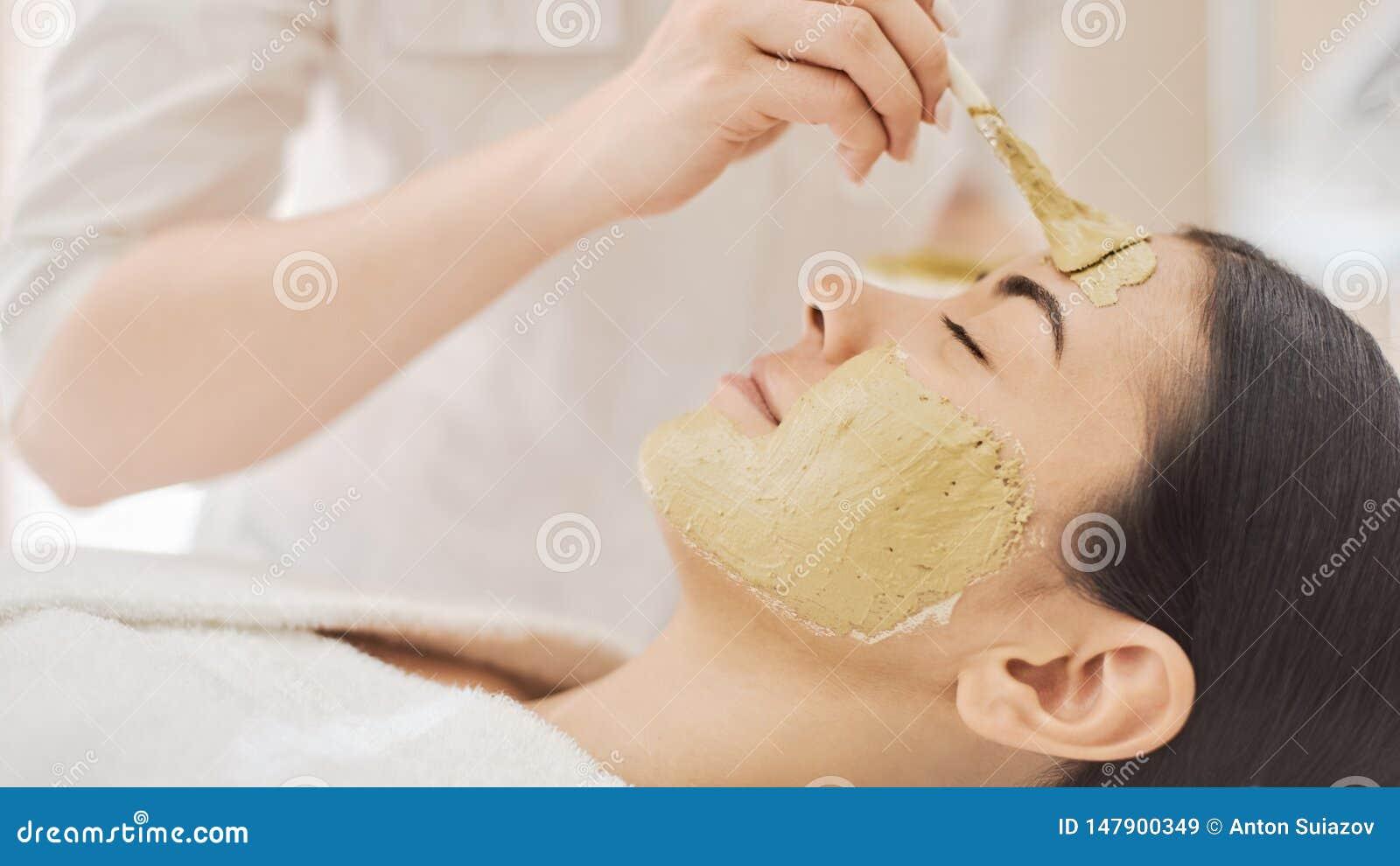 Vrouw die masker in kuuroord krijgen
