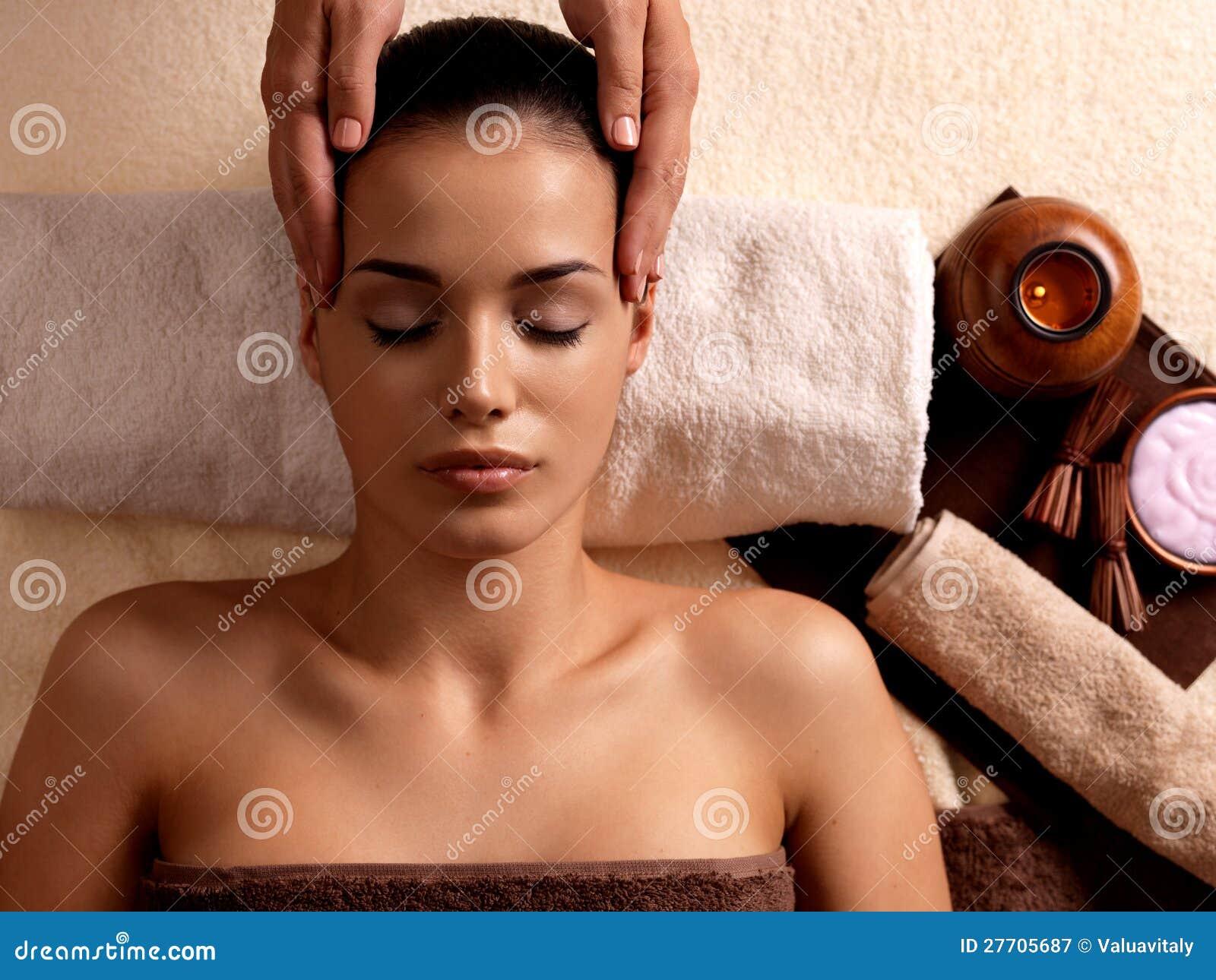 Vrouw die massage in de kuuroordsalon heeft