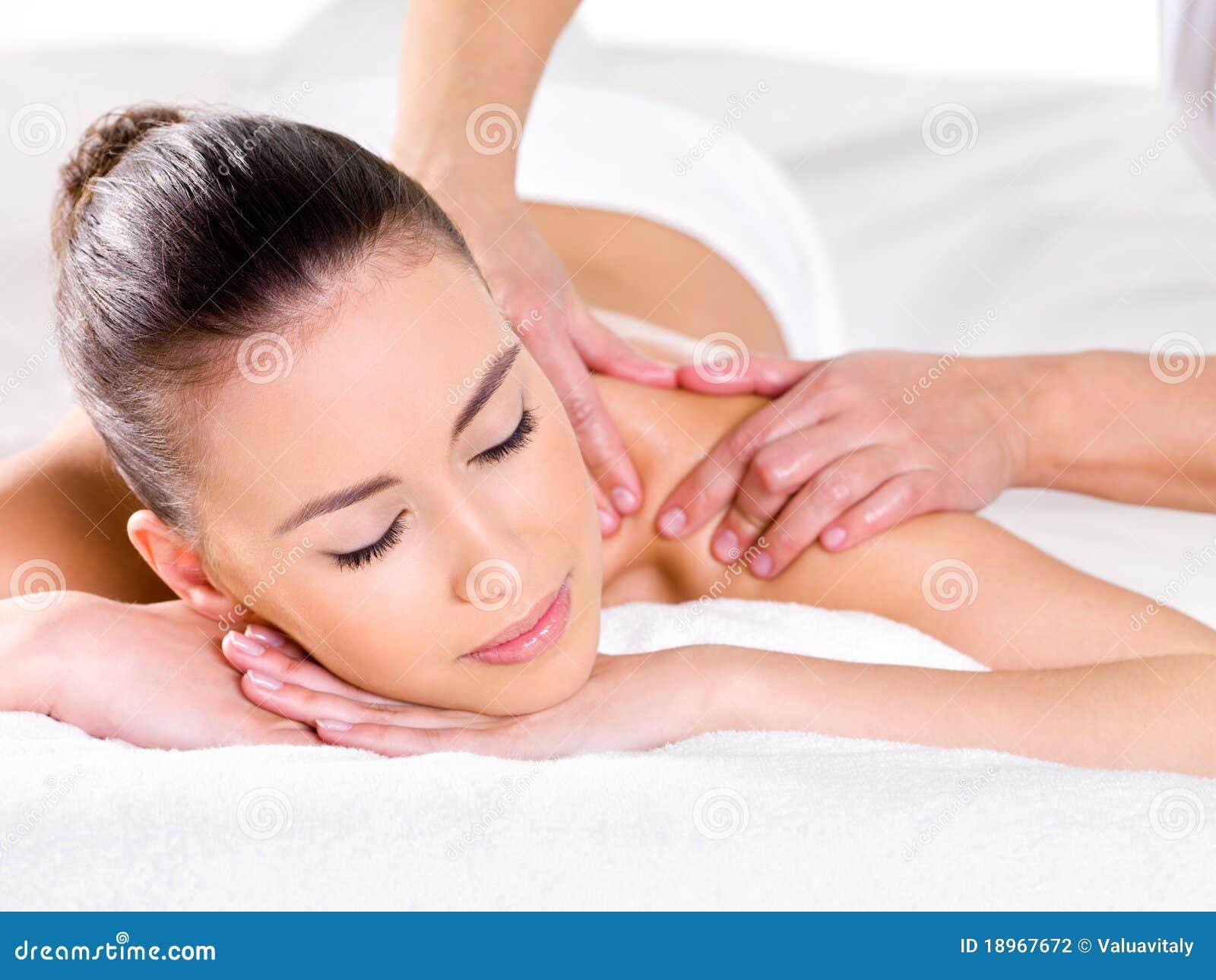 Vrouw die massage op schouder heeft