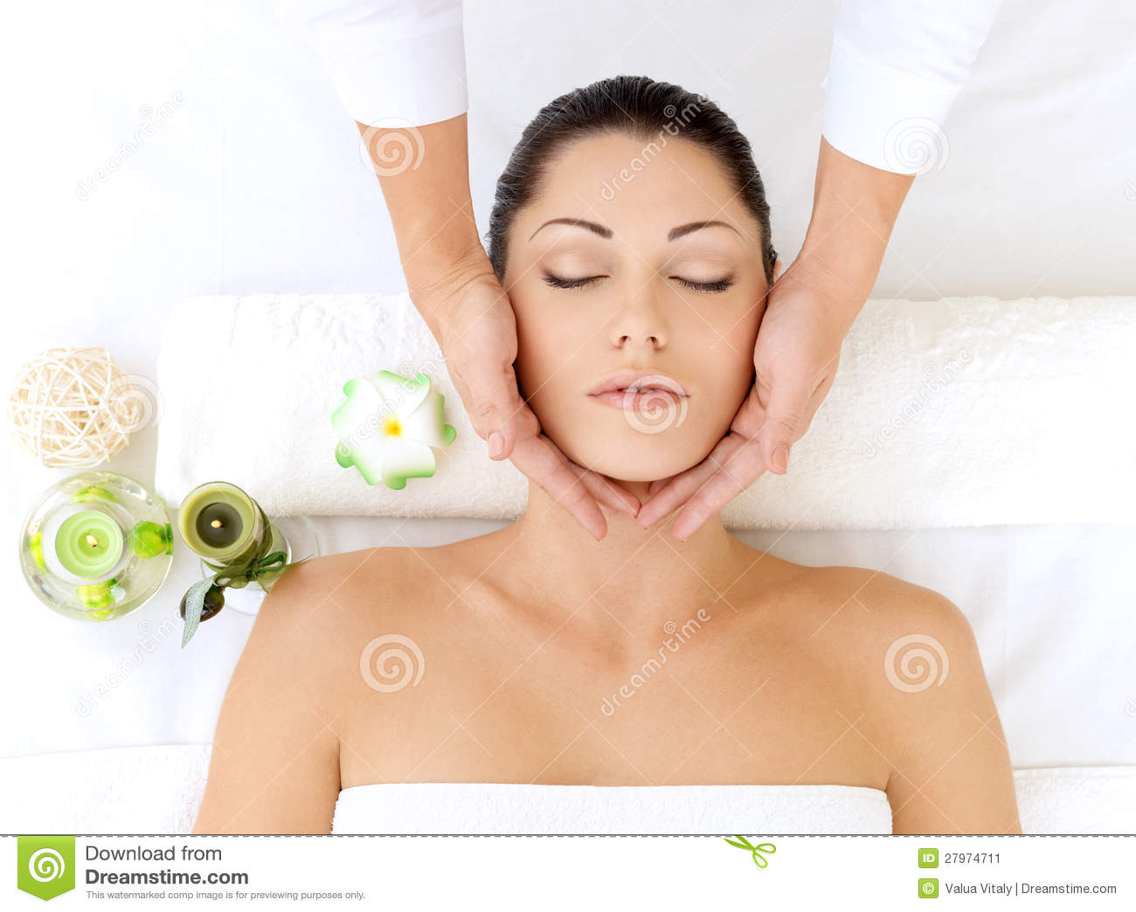 Vrouw die massage van hoofd in kuuroordsalon heeft