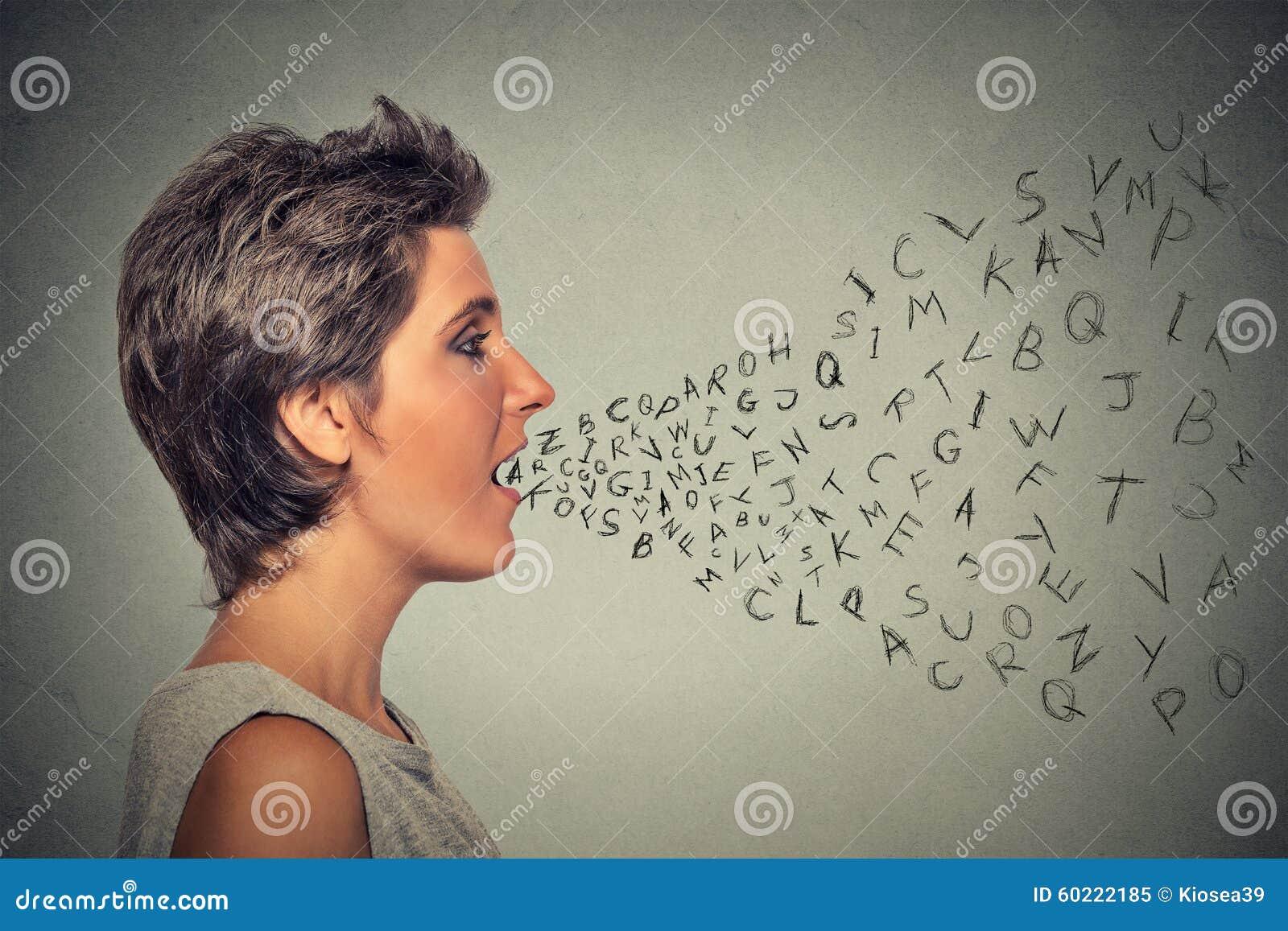 Vrouw die met alfabetbrieven spreken die uit haar mond komen