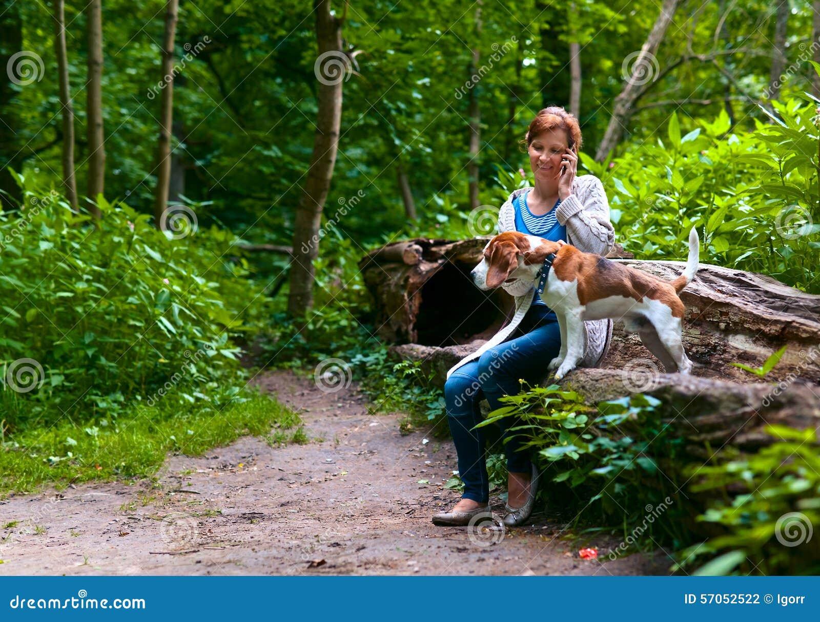 Vrouw die met brak in het park lopen