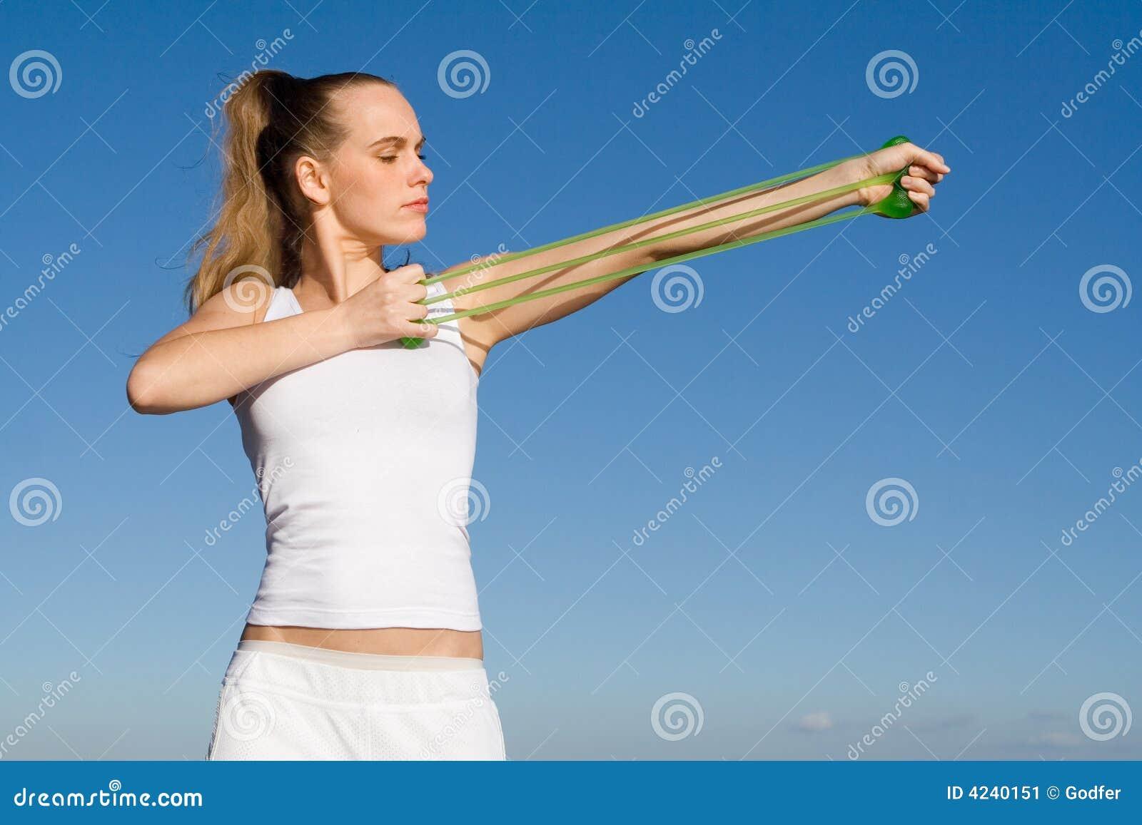 Vrouw Die Met Elastiek Uitoefent Stock Afbeelding   Beeld  4240151
