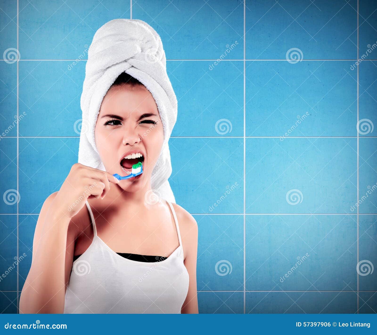 Vrouw die met grote tanden tooth-brush houdt