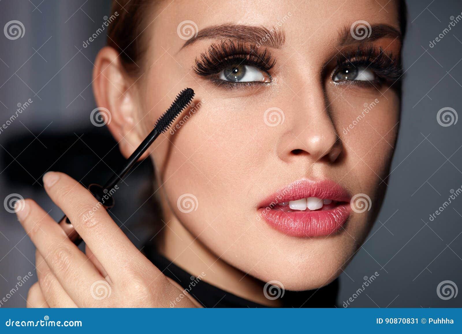 Vrouw die met Schoonheidsmake-up, Lange Zwarte Wimpers Mascara toepassen