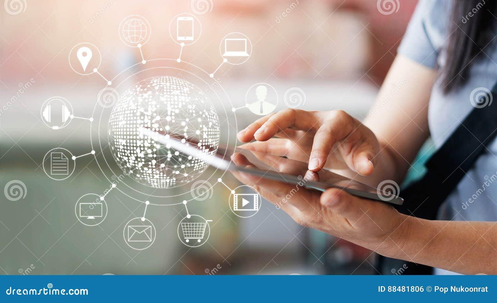 Vrouw die mobiele betalingen voor online het winkelen gebruiken