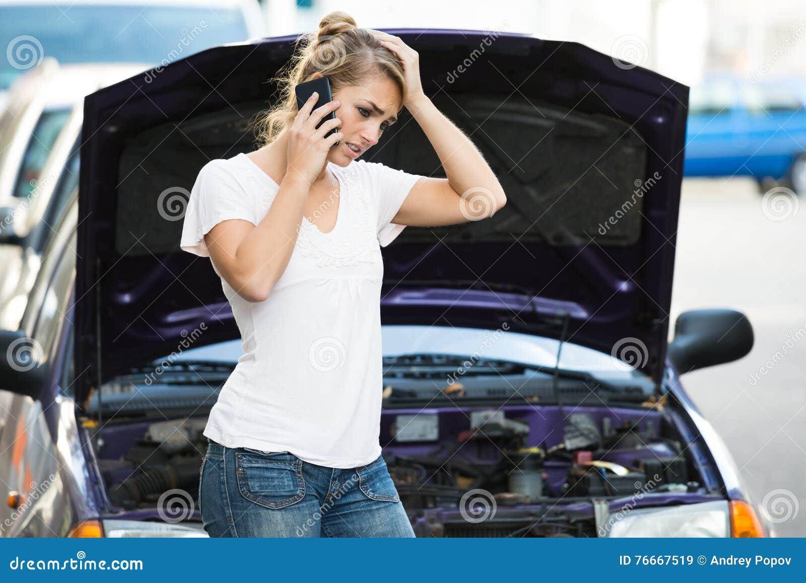 Vrouw die Mobiele Telefoon met behulp van terwijl het Bekijken Opgesplitste Auto