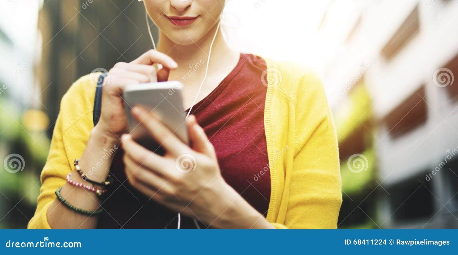 Vrouw die Mobiliteits Sociaal Media Online Concept hanteren