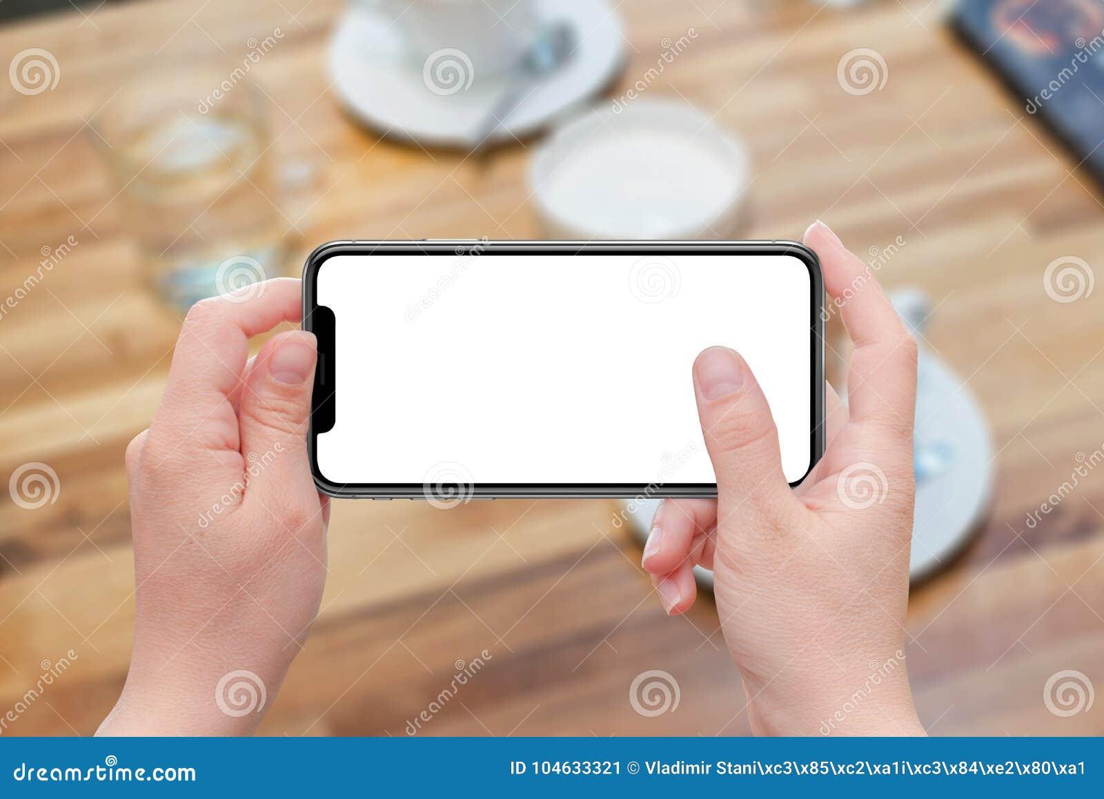 Download Vrouw Die Moderne Slimme Telefoon In Horizontale Positie Houden Stock Afbeelding - Afbeelding bestaande uit positie, spatie: 104633321