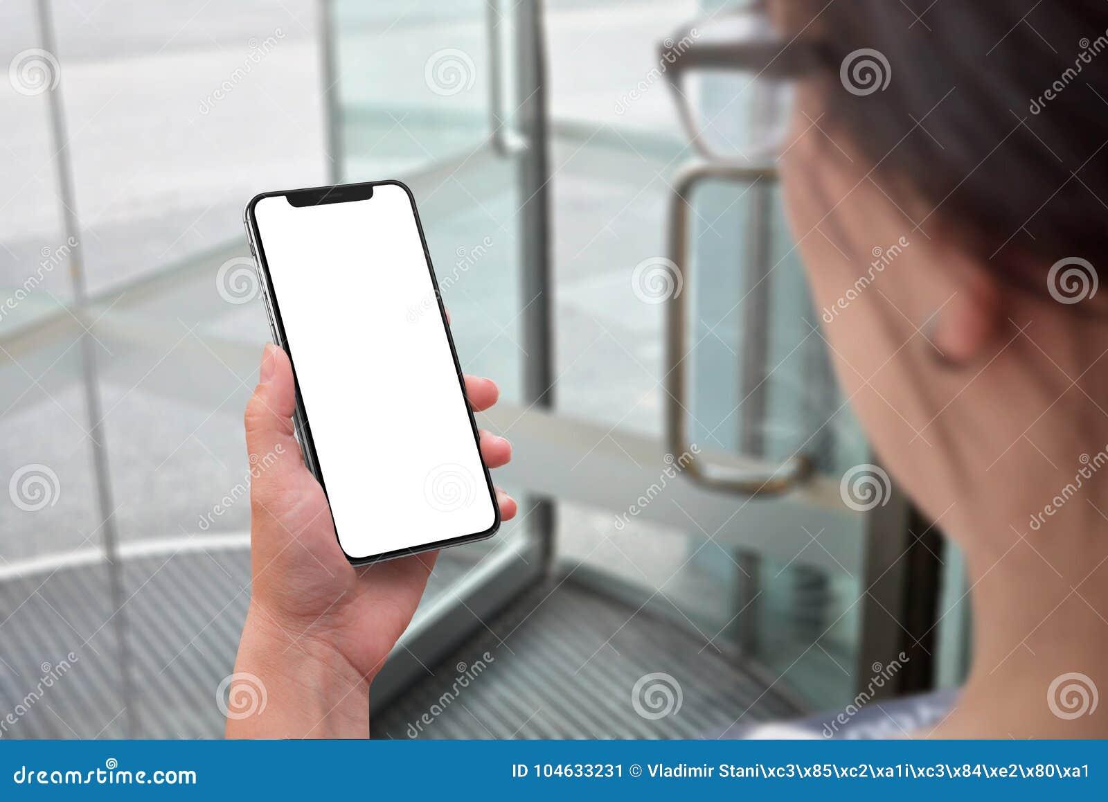 Download Vrouw Die Moderne Slimme Telefoon Met Het Geïsoleerde X Gebogen Scherm Voor Model Houden Stock Afbeelding - Afbeelding bestaande uit hand, zaken: 104633231