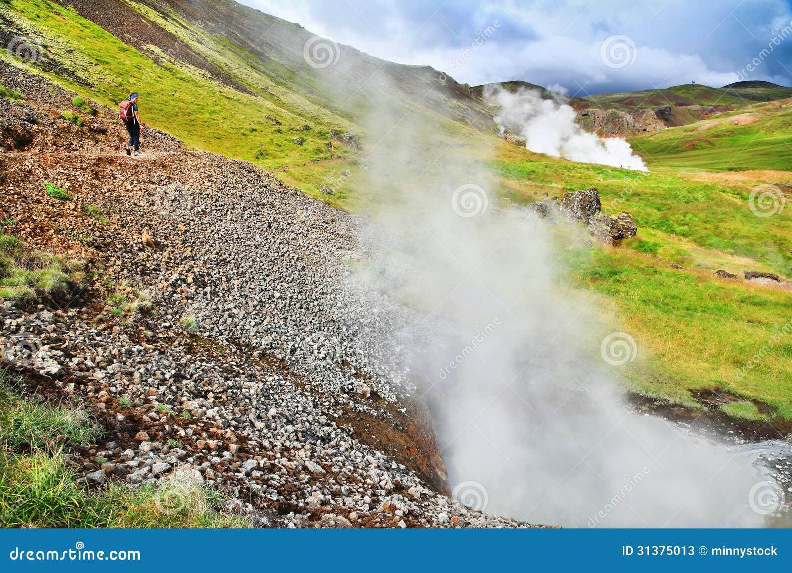 Vrouw die in mooi geothermisch landschap in IJsland wandelen