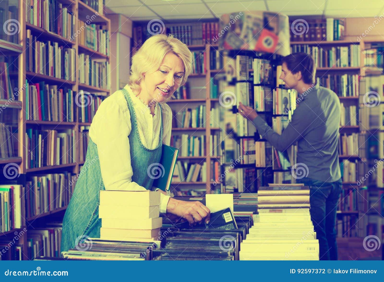 Vrouw die naar nieuw boek zoeken