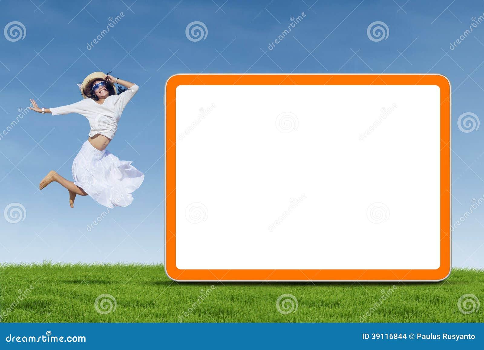 Vrouw die naast lege raad springen